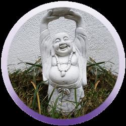 Eine stehende Happy Buddha Figur