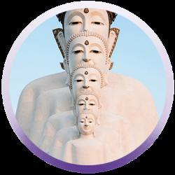 Mehrere Buddhafiguren hintereinander
